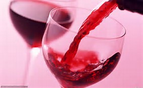 赤ワインがグラスにつがれている