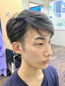 大学生ツーブロックサイドから見たヘアスタイル写真
