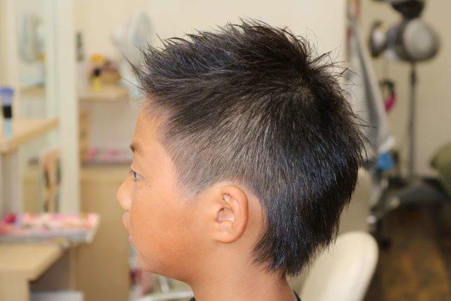 小学生ツーブロックアシンメトリースタイルの後ろから見た画像