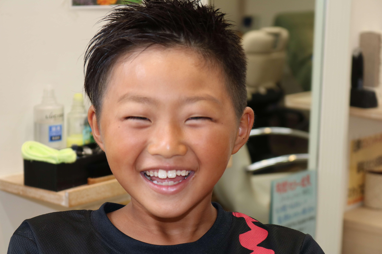 ツーブロックアシンメトリー刈り上げの小学生のスタイル写真画像