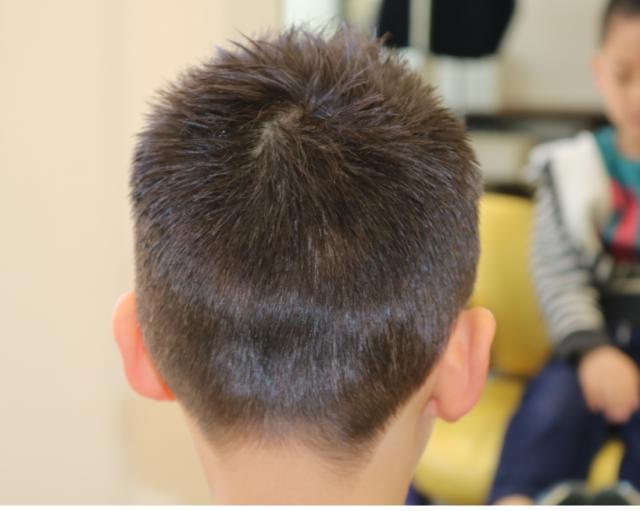 小学1年生サッカー選手風ソフトモヒカンの後ろからの画像