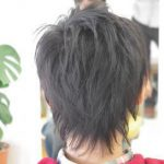 小学生の後ろ姿のヘアスタイル写真