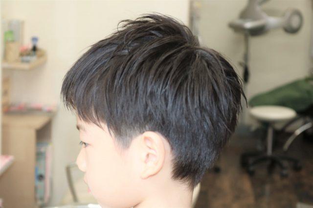 小学生男の子の後ろ姿の画像