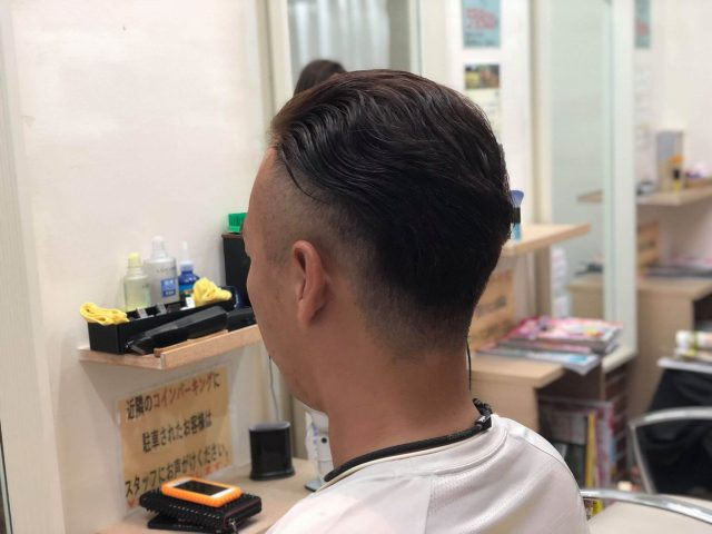 30代横ツーブロック後ろ刈り上げスタイルの男性の画像